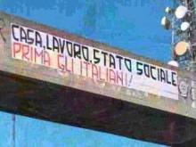 Lo sctiscione razzista all'ingresso della città di Catanzaro